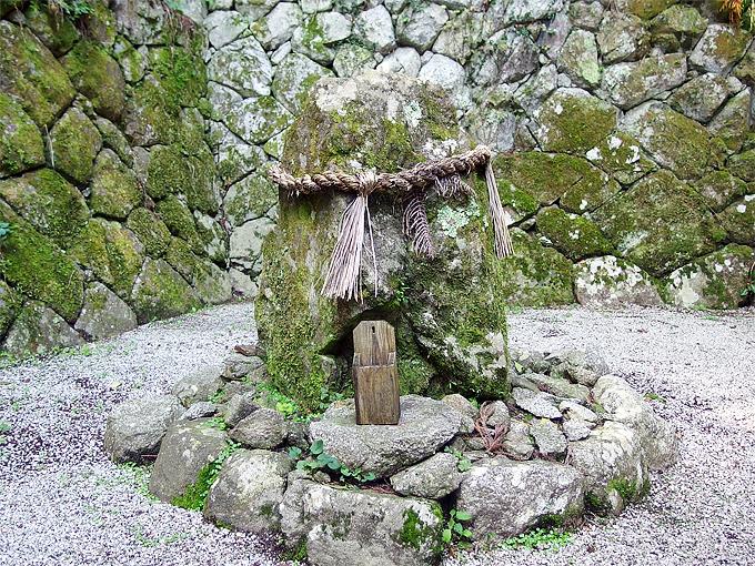 御神体山で祀られていた磐座も境内に!高天彦神社の見所