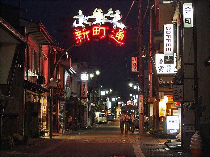 繁華街と宮ヶ瀬橋周辺の灯りの光景