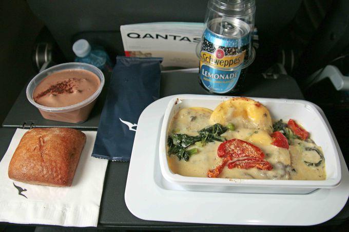 エコノミークラスの機内食は3種類から選べる!