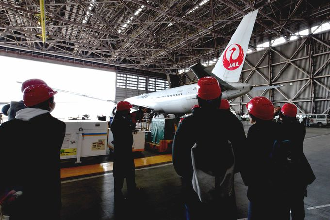 「格納庫見学」では現場経験者の案内スタッフによる説明と飛行機の迫力に魅了される