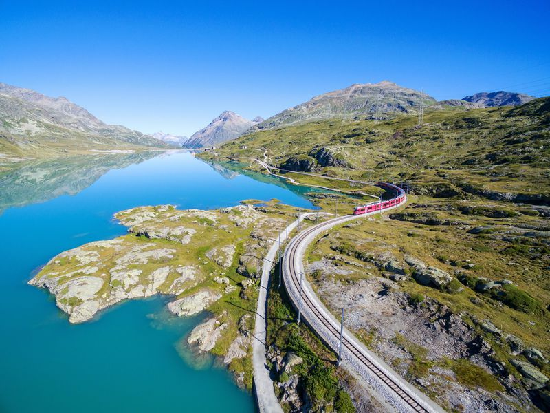 世界遺産レーティッシュ鉄道でスイスの大地を駆ける!ベルニナ線とアルブラ線