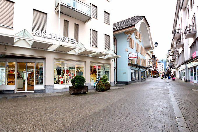 石畳のユングフラウ通りにある人気ショップ