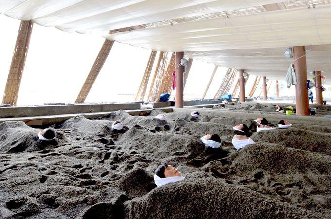 全天候型砂むし場で海を感じながら砂むし体験