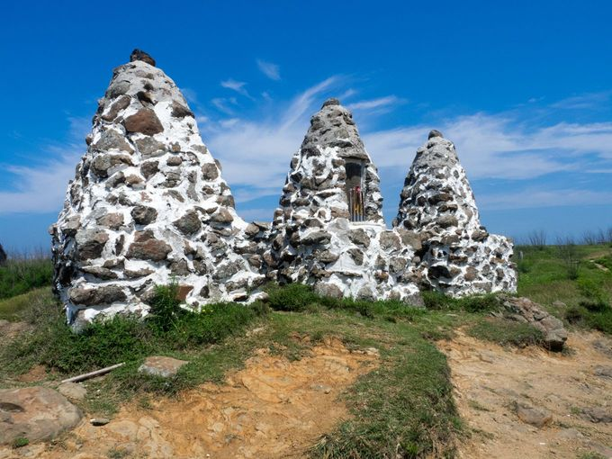 かたわらにある石塔はワイアンの守り神