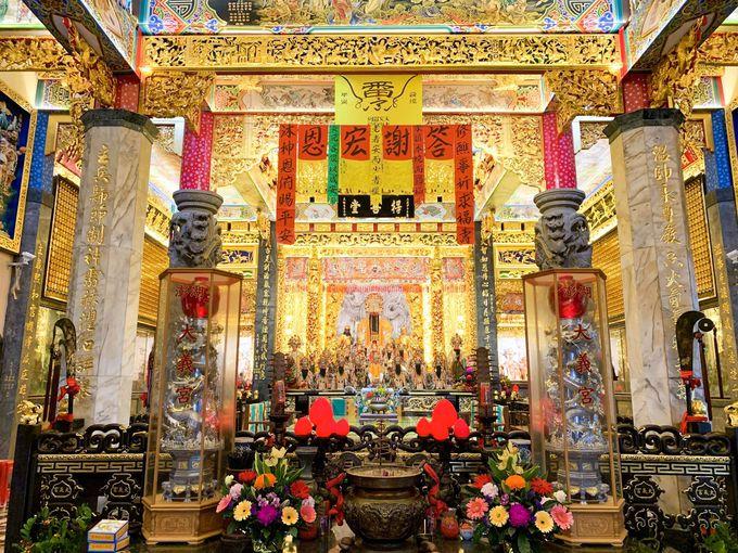 まばゆいばかりの金に染まった内装、そして不思議な宝物館