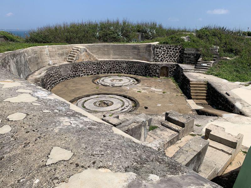 台湾・澎湖「金亀頭砲台」の地下坑道と海にかけられた巨大な鍵