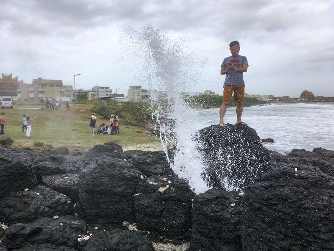 名前の由来となった海蝕洞。年に数回だけ天然の噴水が登場!
