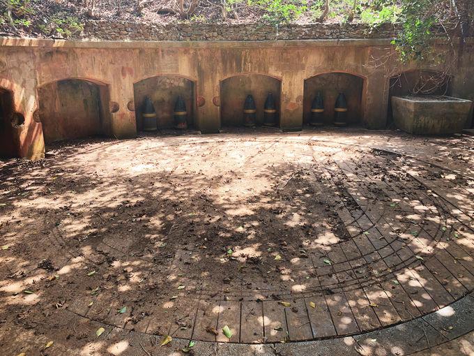 次々に現れる弾薬庫や砲台の跡