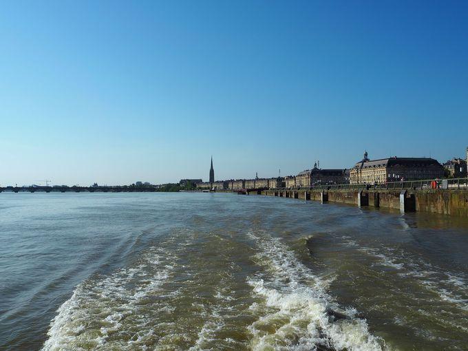 「シテ・デュ・ヴァン」へは小型船定期便ナヴェットで!世界遺産を観ながら!