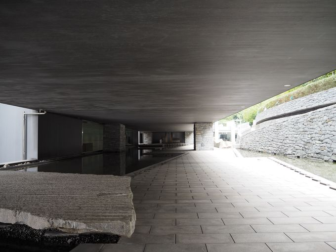 「水と石のプロムナード」でアート散歩