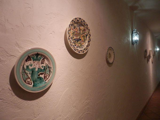 廊下に飾られたスペイン風の絵皿やタイル絵
