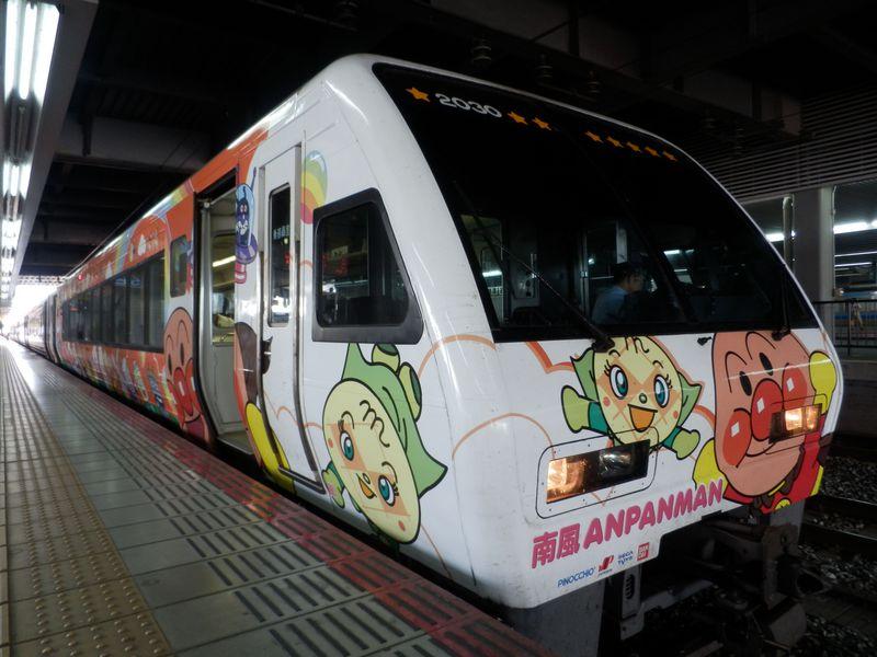 岡山駅に集結!列車ごとにデザインの異なるアンパンマン列車に乗り込もう!