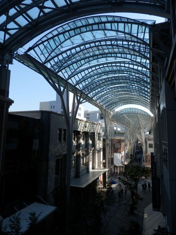 光と陰のコントラストが見るものを魅了する商店街の全体像