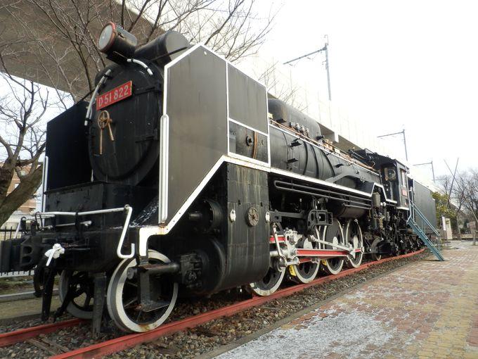 圧倒的な存在感!駅前の一角に展示されたD51型蒸気機関車