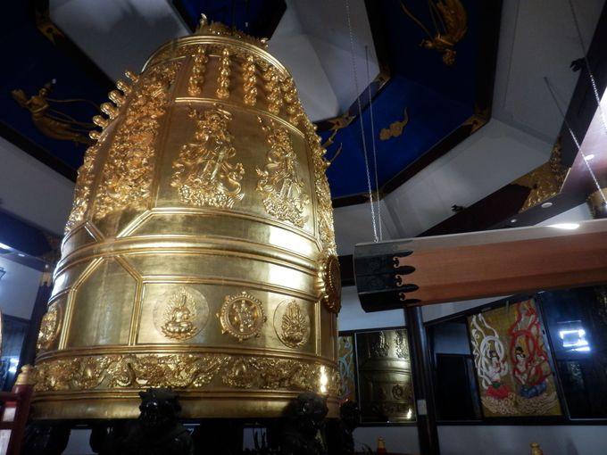 その大きさは世界一!金色に輝く大梵鐘