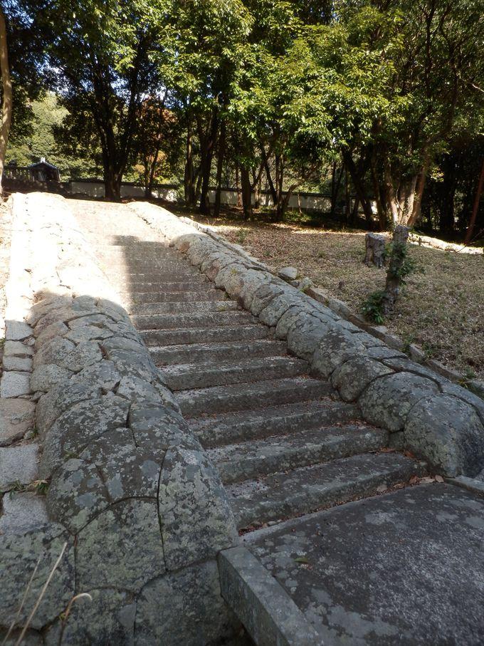 国宝・閑谷学校とも関連?カマボコ型の巻石構造を持つ側石