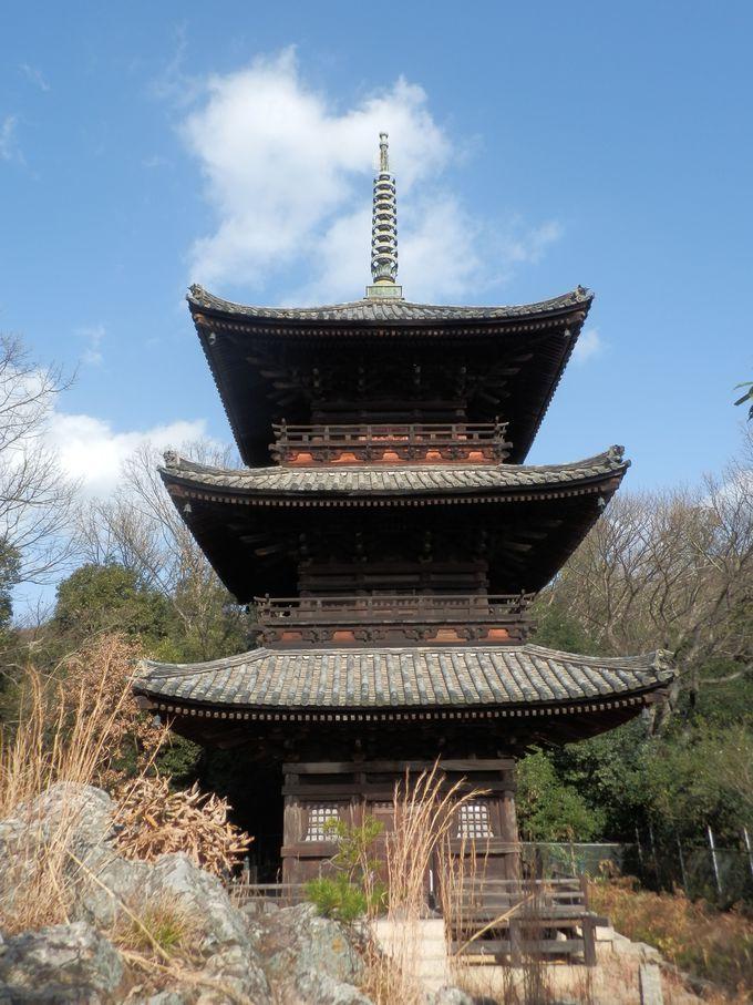 操山の中腹にそびえる三重塔