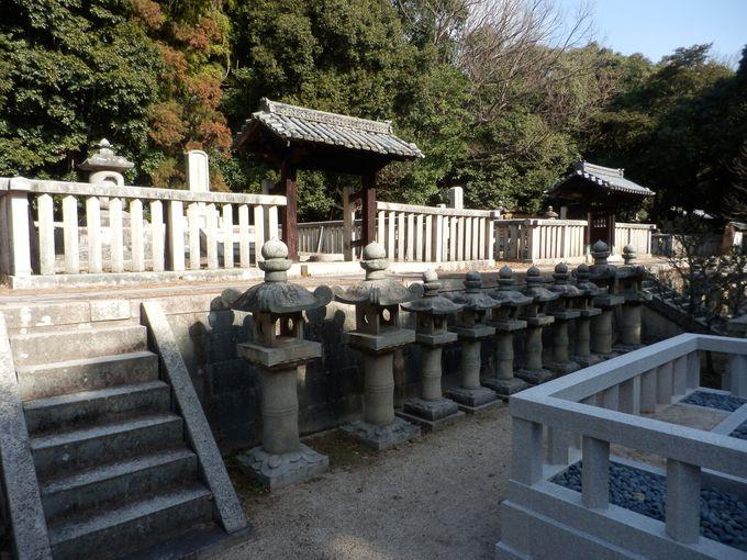珍しい形の石塔がずらり!国の史跡に指定されている池田家墓所