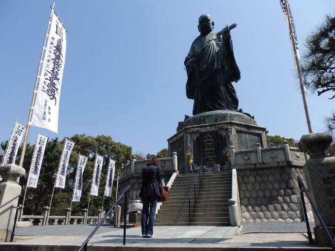 圧倒的な迫力!市指定の文化財にも登録されている巨大な銅造日蓮上人立像