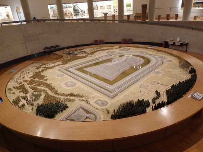 日本最大!仁徳天皇陵古墳の巨大模型がある館内中心部