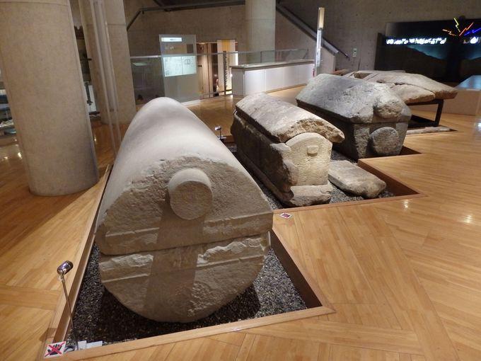 さまざまな地域との交流がうかがえる石棺の数々