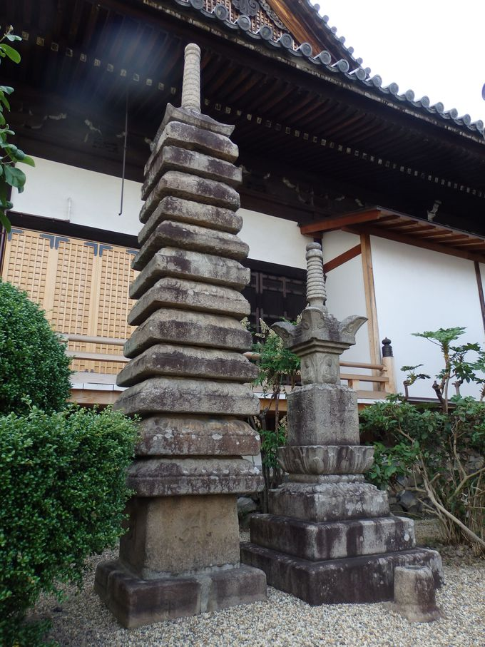 本堂脇に立つ十三重石塔と宝篋印塔