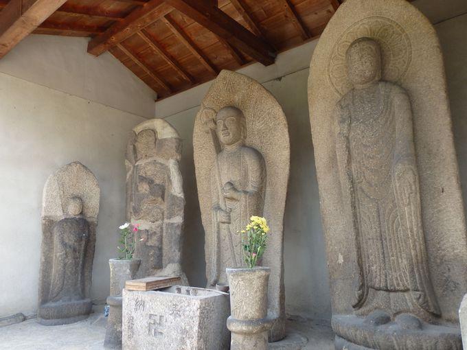 等身大の石仏も!覆屋に並べられた大型石仏