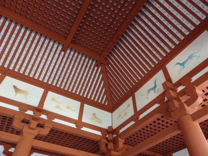 天井にも注目!見事な彩色による紋様と四神・十二支図