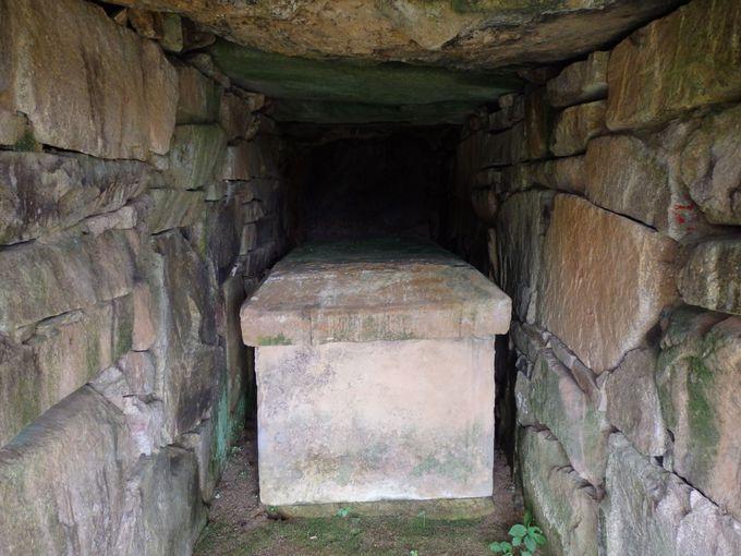 石室内には石棺も!当公園内に移築・復元された愛染古墳
