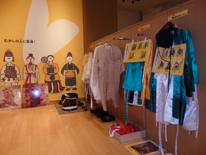 古代人になろう!さまざまな衣装が取りそろえられた衣装体験コーナー