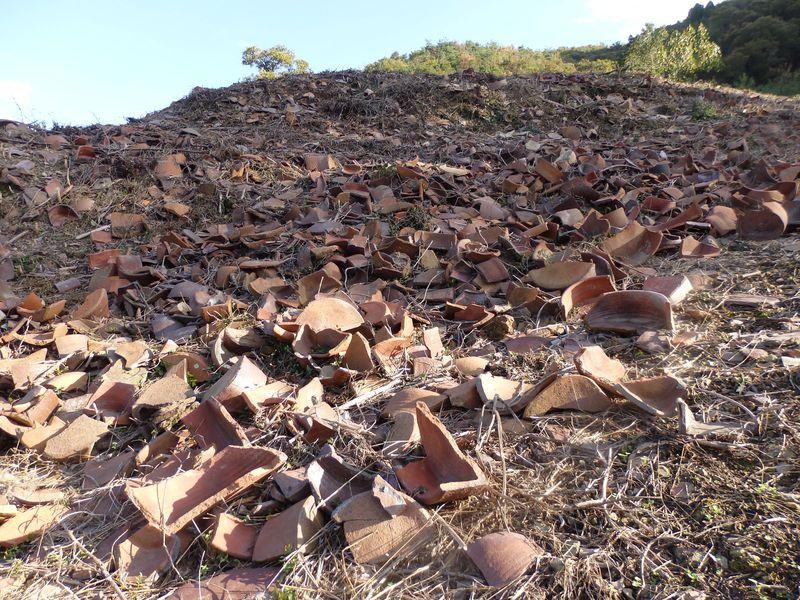 備前焼の歴史を物語る無数の陶片!岡山県伊部の備前陶器窯跡