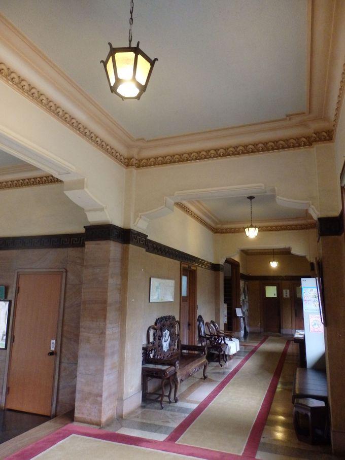 和洋折衷を印象付ける事務棟内部の意匠
