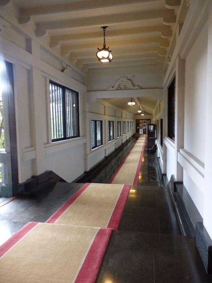 絨毯を踏みしめながら天井も見上げよう!事務棟と本館とをつなぐ渡り廊下