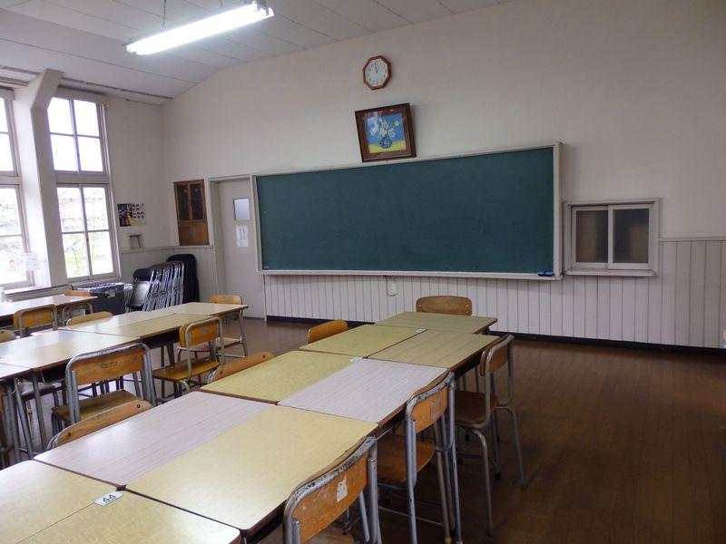 お待ちかねの試食タイム!黒板と机のあるこの部屋はいったい!?