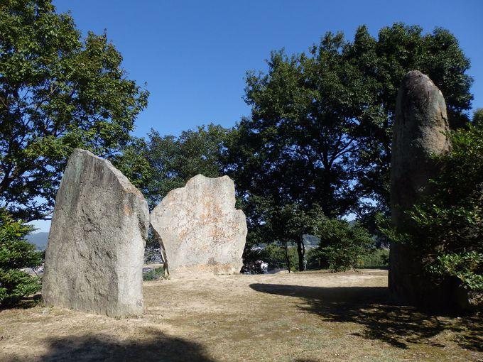 日本にもストーンサークルが存在!?墳頂部に並ぶ巨大な立石