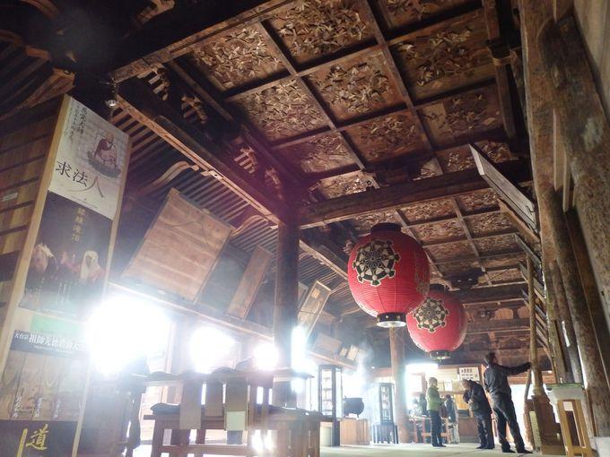 天井に注目!無数の木札が巡礼者の願いを表わす本堂外陣