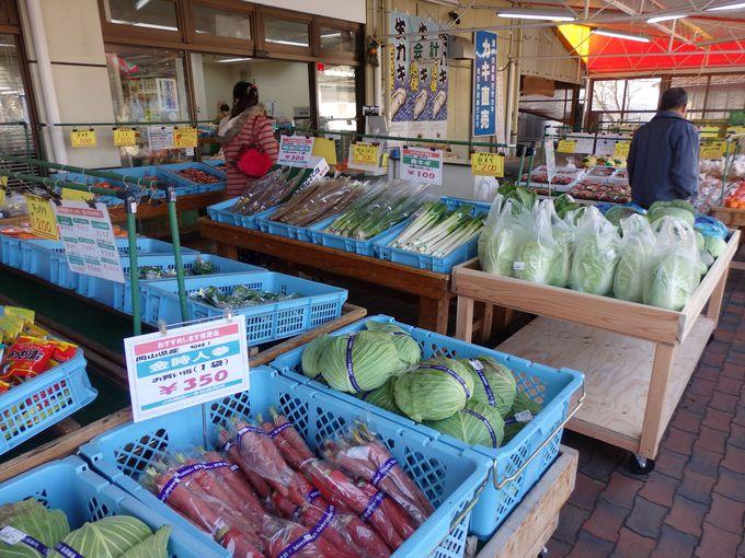 地元の食材やお土産物が並べられた販売コーナー