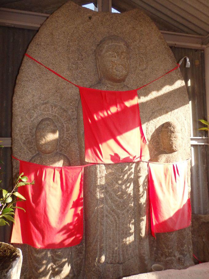 京終の歴史を見つめてきた京終地蔵院・阿弥陀三尊石仏