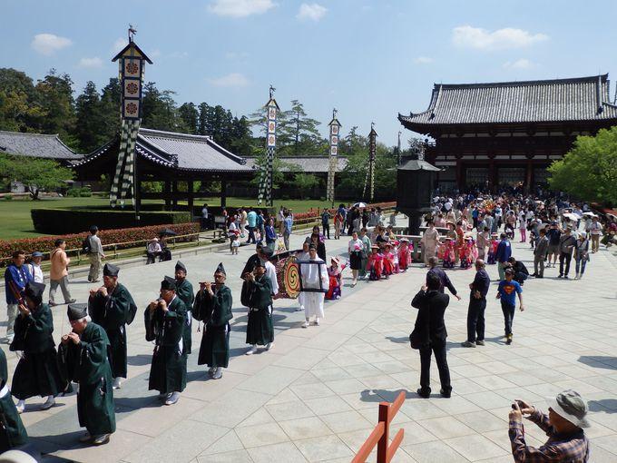 雅楽の音色が雰囲気を盛り上げる!大仏殿へと続く長い練り行列