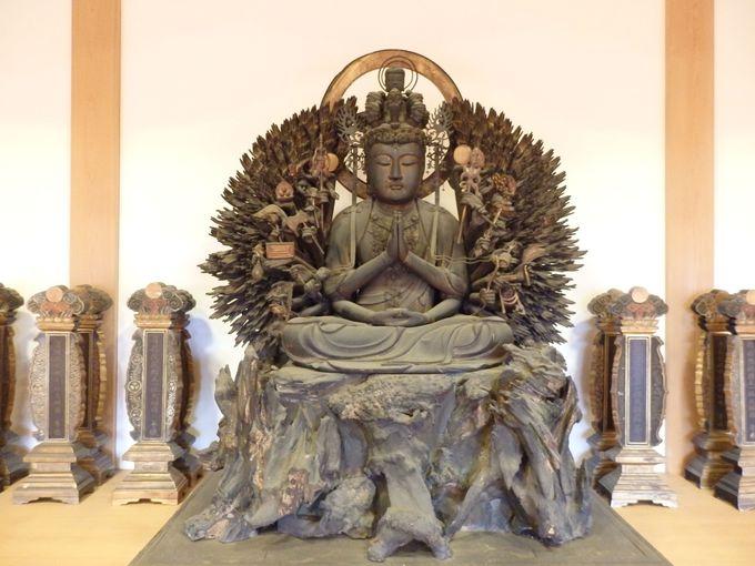 達磨や聖徳太子の木像も!堂内に居並ぶ仏像