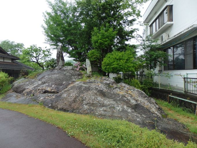 亀甲駅の名の由来となった亀甲岩