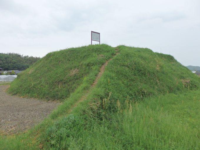 両宮山古墳の外堤にそって築かれた和田茶臼山古墳