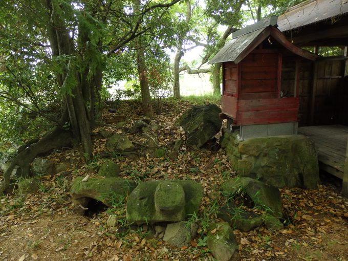 石棺の破片が散乱する小山古墳