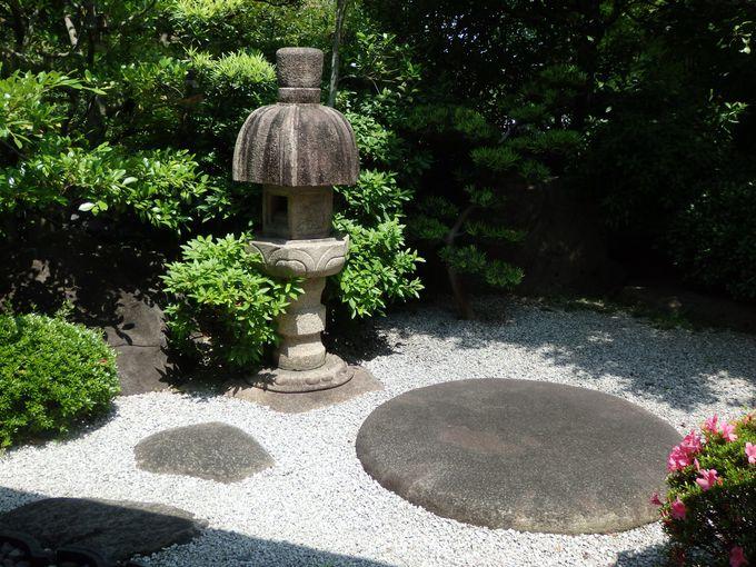 その造型にも注目!庭園に点在する石灯籠