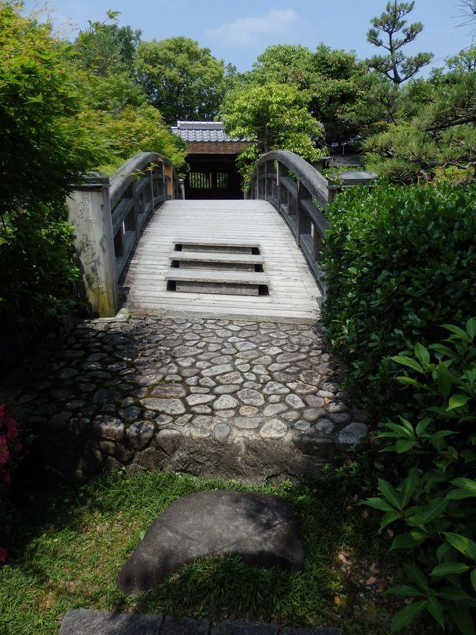 園内には自然の川まで流れている!茶室へといたる橋