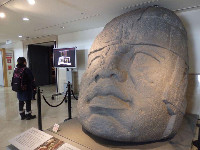 圧倒的な存在感!観覧者を出迎えてくれるオルメカ石頭像