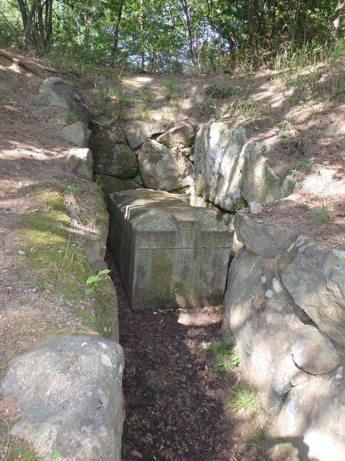 復元された石棺が安置されるB9号墳