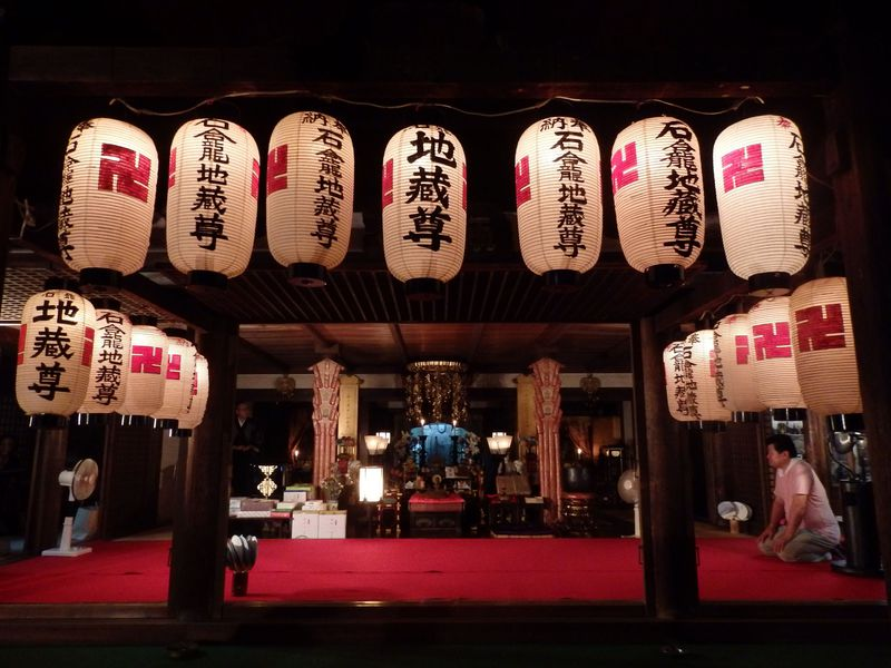 幻想的な灯りのもとでお地蔵さまにお参りを!奈良町の地蔵盆