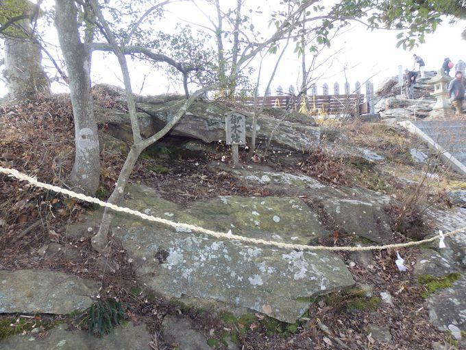 古代人が祭祀をおこなった痕跡!巨岩上に残された「御水址」