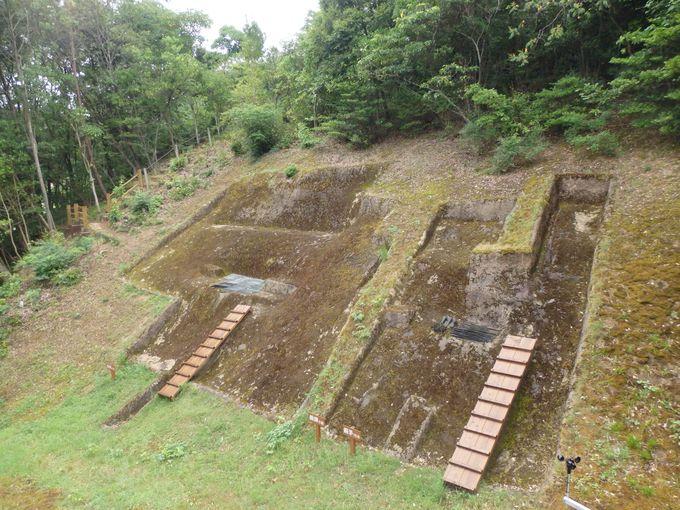 ここから大量の出土品が!発見当時の様子を再現した発掘場所